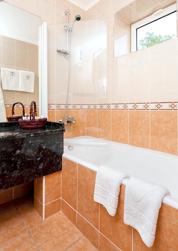 Туалетная комната номера Сюит в отеле 1001 ночь