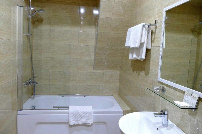 Туалетная комната номера Люкс в Приморском корпусе отеля Абаата