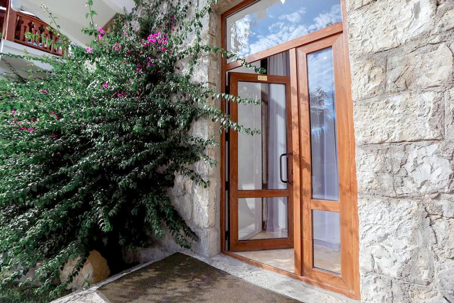 Вход в Апартаменты на первом этаже Приморского корпуса отеля Абаата