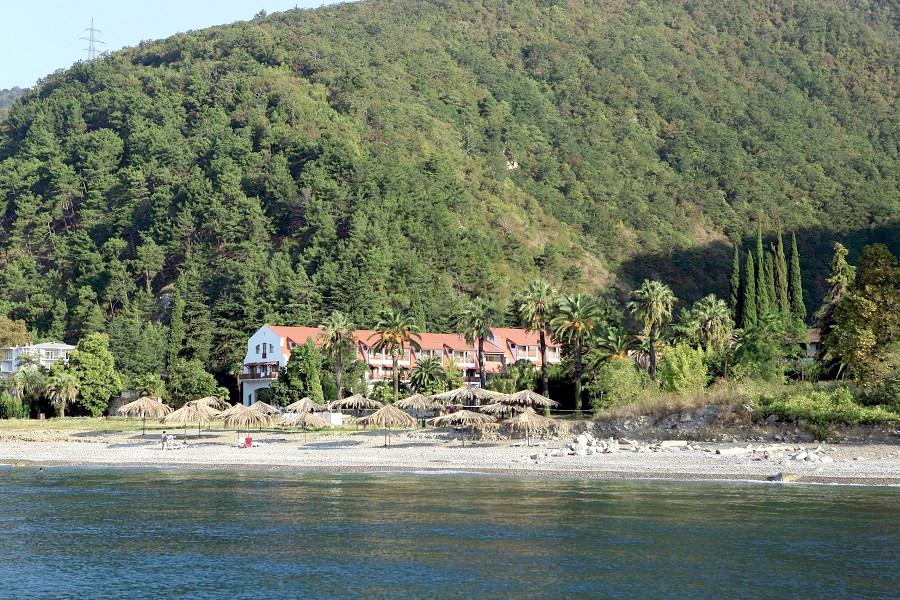 Вид с моря на пляж и отель Абаата