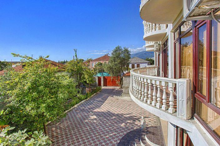 Вид на город с балкона номера мини-гостиницы Абхазия