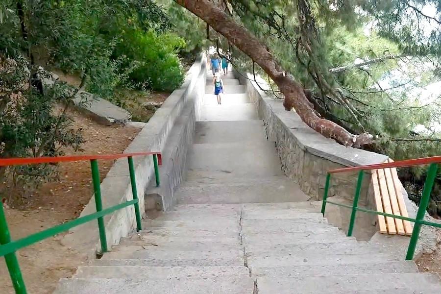 Лестница к пляжу санатория Ай-Петри