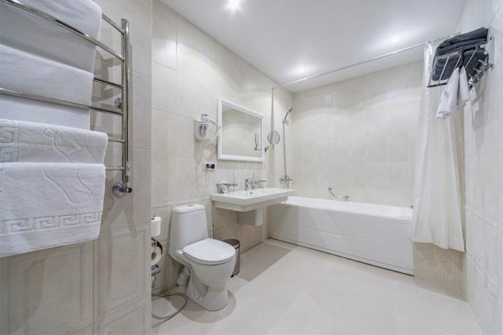 Туалетная комната номера Люкс в санатории Айвазовское