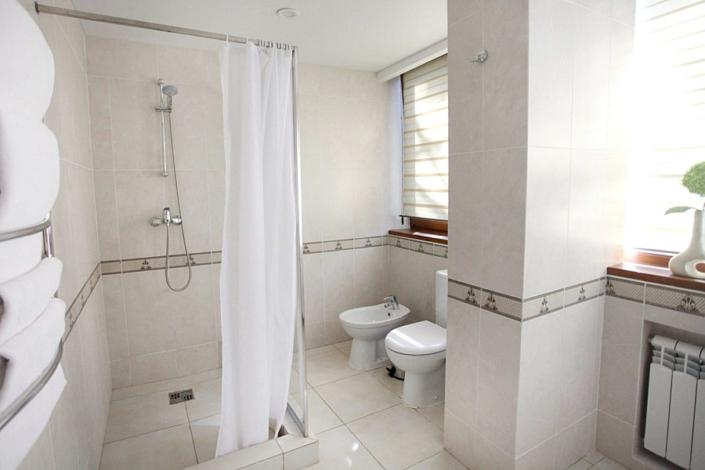 Туалетная комната номера Люкс с террасой в санатории Айвазовское