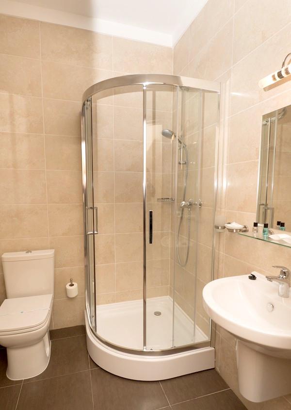 Туалетная комната номера Люкс двухкомнатный в Олимпийском корпусе парк-отеля Актер