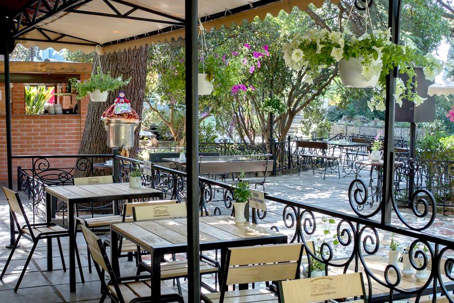 Летнее кафе Чайный домик на территории парк-отеля Актер