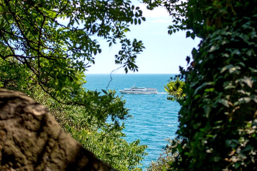 Вид на море с территории парк-отеля Актер