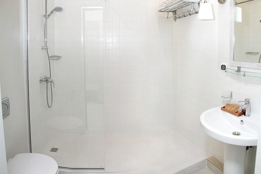 Туалетная комната Семейного номера отеля Аквамарин, Гагра