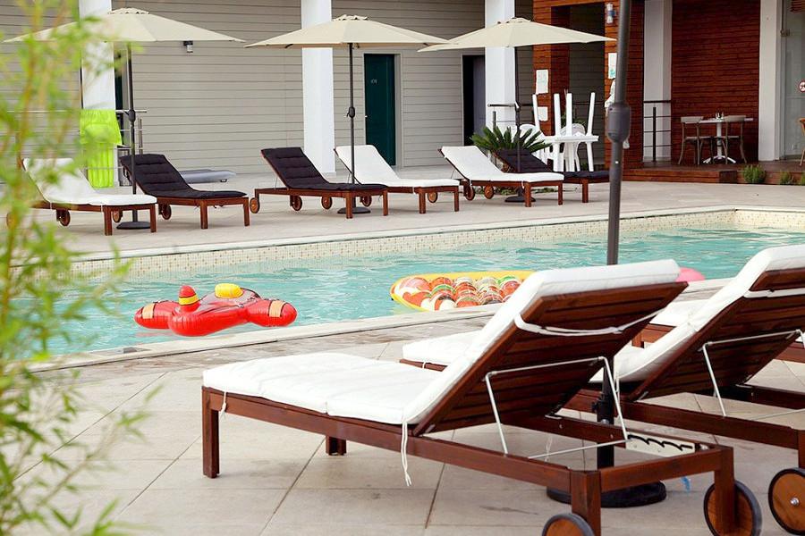 Зона отдыха у бассейна отеля Аквамарин, Гагра