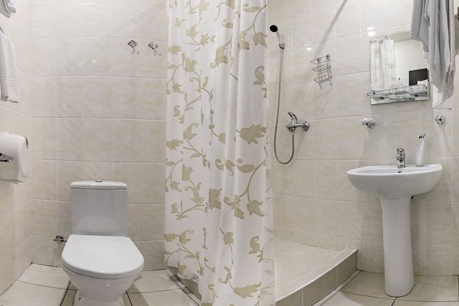 Туалетная комната номера Эконом двухместный в санатории Аквамарин