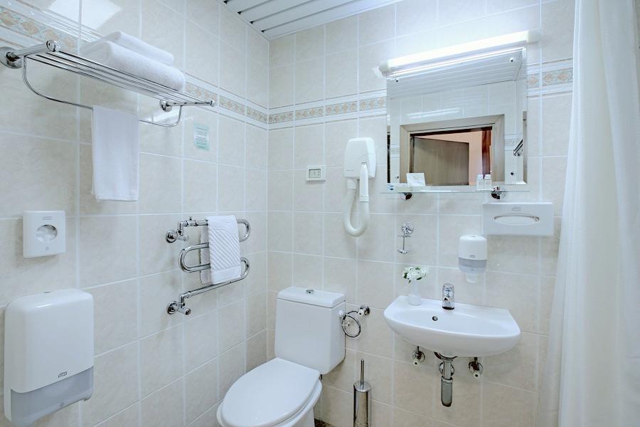 Туалетная комната номера Стандарт одноместный в санатории Аквамарин