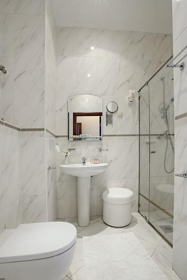 Туалетная комната номера Стандарт двухместный в санатории Аквамарин