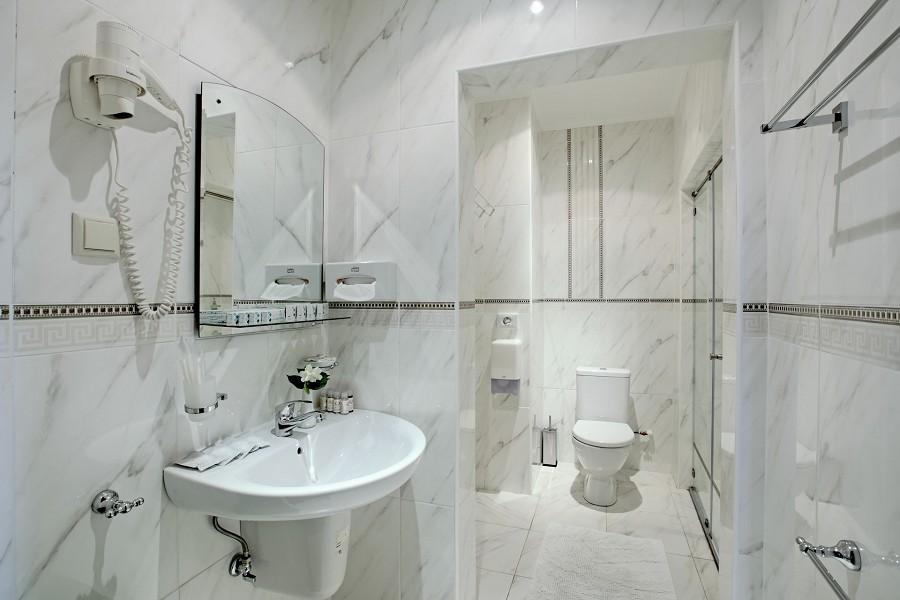 Туалетная комната номера Стандарт четырехместный в санатории Аквамарин