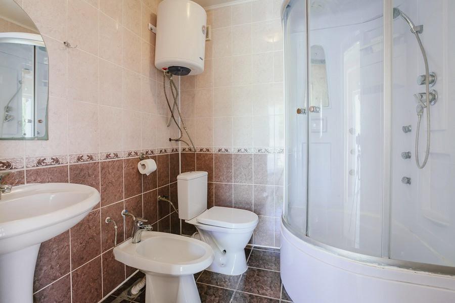 Туалетная комната номера Стандарт трехместный КО Аквамарин-Сукко