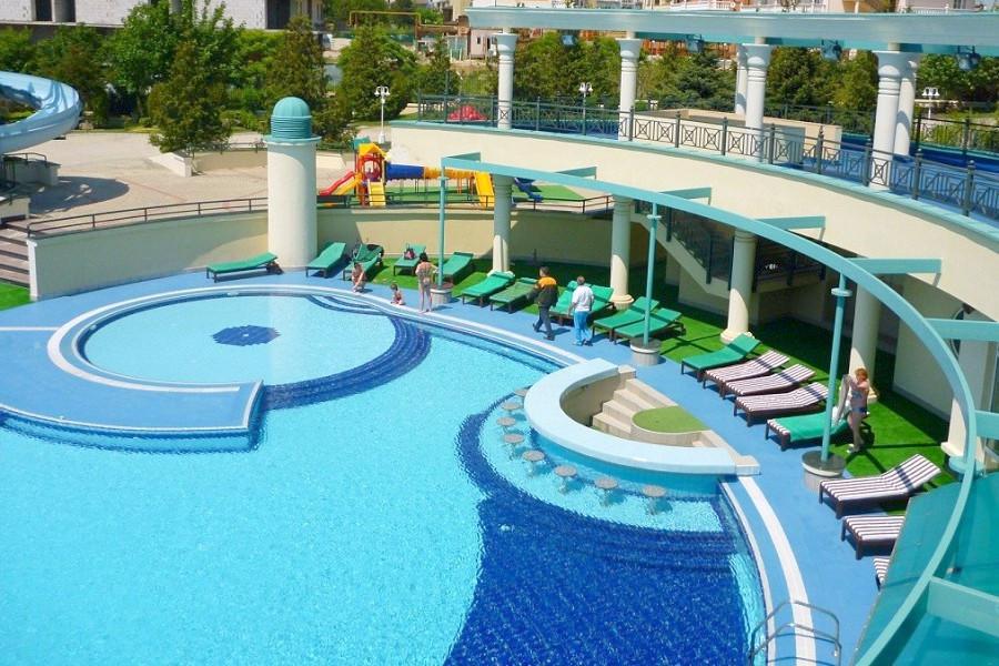 Открытый бассейн санатория Аквамарин