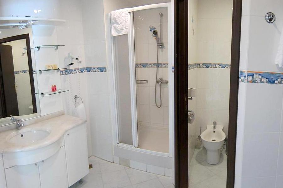 Туалетная комната номера Комфорт трехместный в отеле Аквапарк