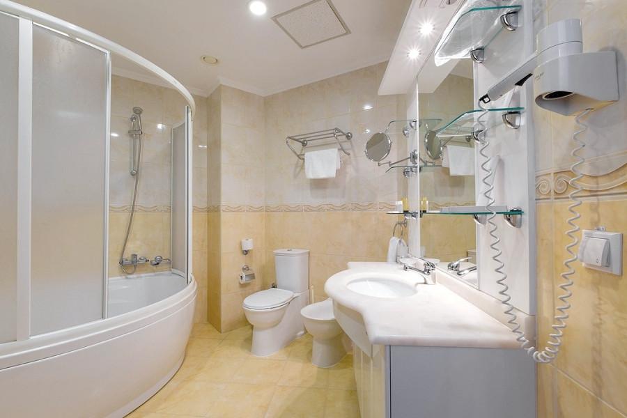 Туалетная комната номера Студия-Полулюкс в отеле Аквапарк