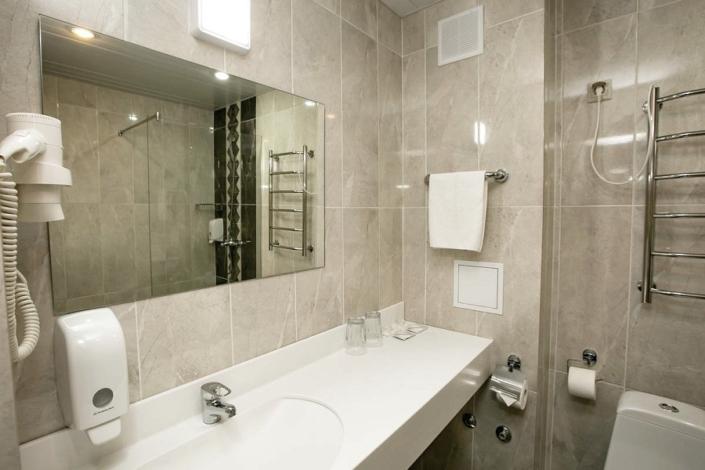 Туалетная комната номера Стандарт в Корпусе 2 Alex Resort & Spa Hotel