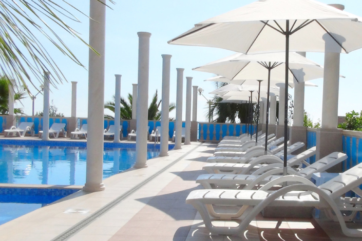 Зона отдыха у бассейна Корпуса 1 Alex Resort & Spa Hotel