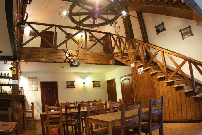 Холл и кафе отеля Альпийский двор