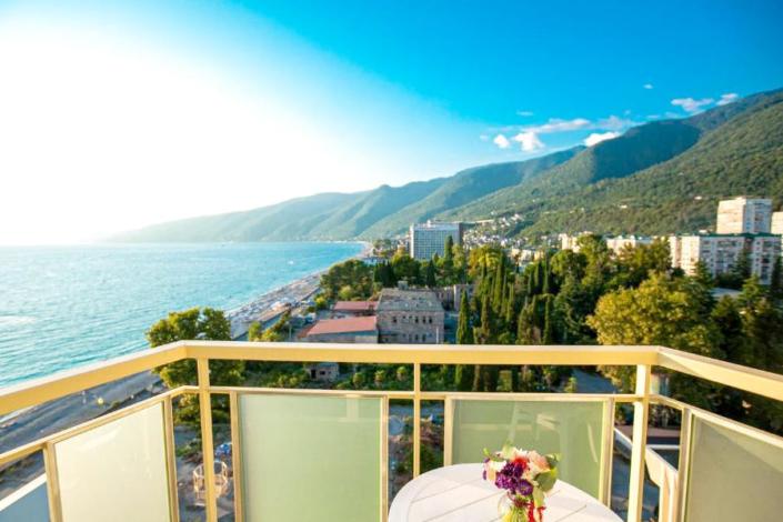 Вид на море с балкона одного из номеров Корпуса № 1 Amza Park Hotel