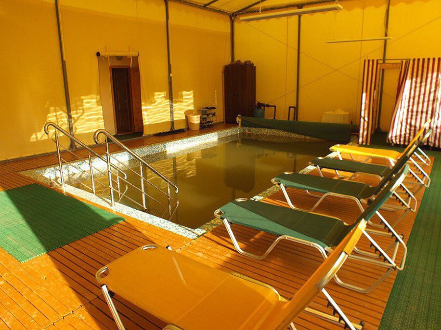 Бассейн с водой из целебного источника Приморское в отеле Анакопия Клаб, Новый Афон, Абхазия