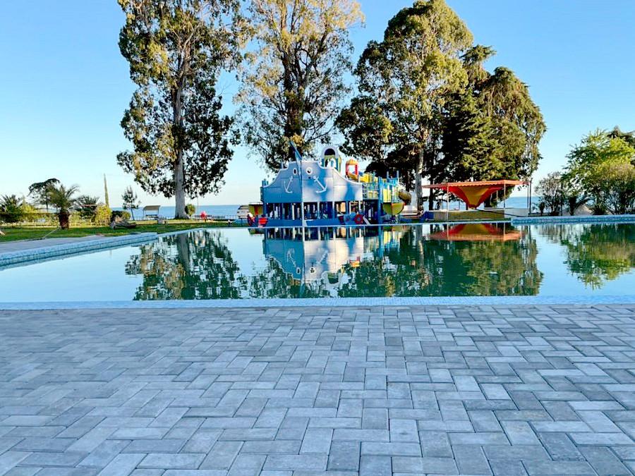 Открытый бассейн на территории отеля Анакопия Клаб, Абхазия, Новый Афон, Приморское