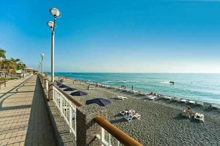Набережная и пляж в Гагре, Абхазия