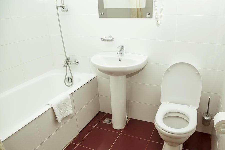 Туалетная комната номера в 7-этажном корпусе гостиницы Апсара