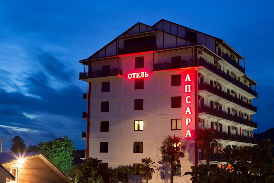 7-этажный корпус гостиницы Апсара вечером