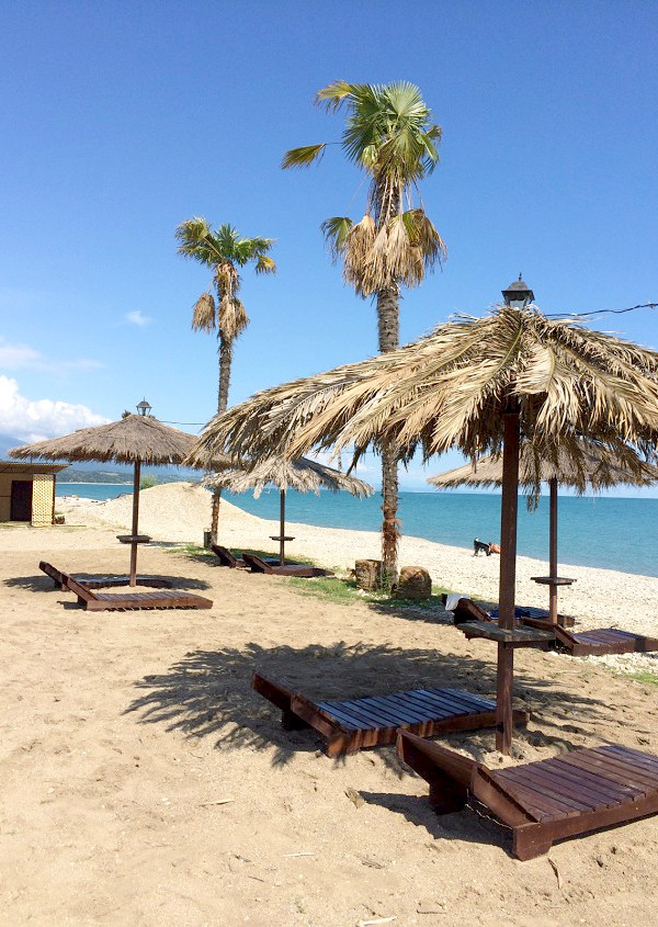 Пляж рядом с базой отдыха Апсны