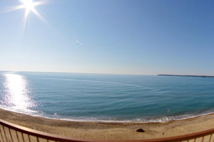Вид на море с балкона номера Полулюкс пансионата Арбика