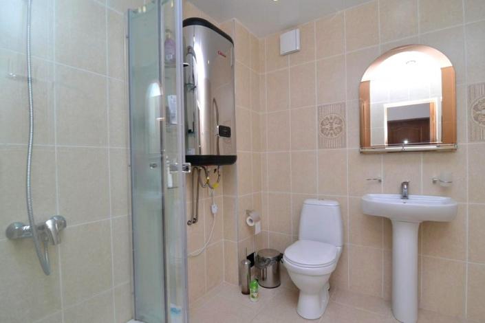 Туалетная комната в номере отеля Арда
