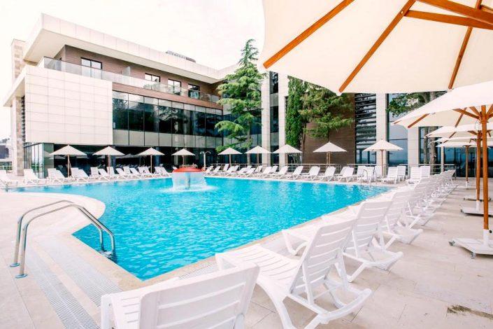 Главный корпус и бассейн парк-отеля Арфа, Сочи, Адлер