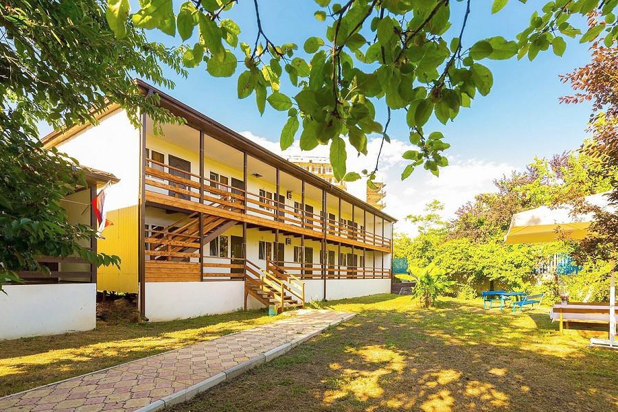 Двухэтажный корпус гостиницы Арго, Абхазия, Гудаута, пос. Бамбора