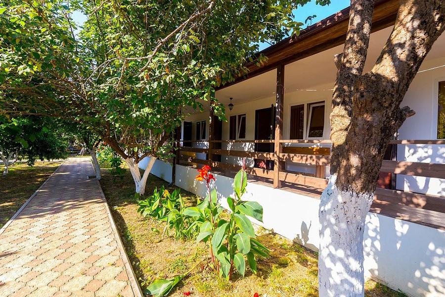 Одноэтажный корпус гостиницы Арго, Абхазия, Гудаута, пос. Бамбора