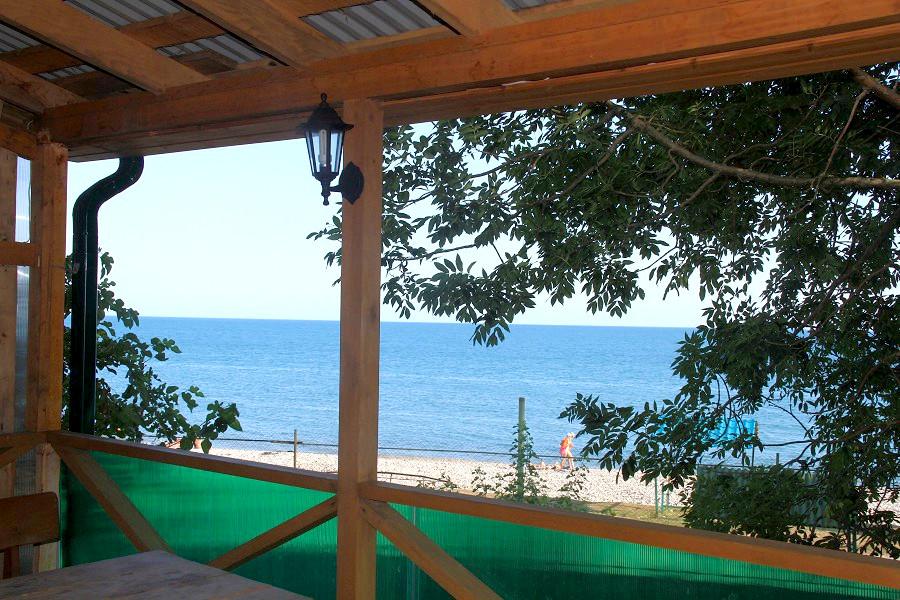 Вид на море со второго этажа кафе гостиницы Арго