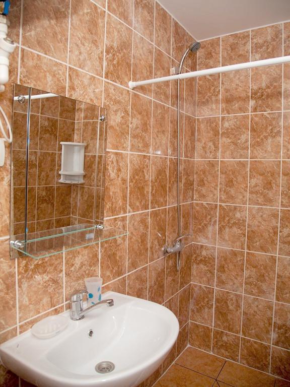 Туалетная комната трехместного номера мини-отеля Аскар