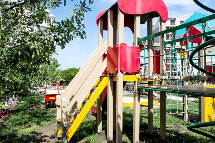 Детская площадка на территории гостинцы Астория