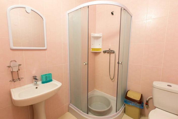 Туалетная комната Стандартного номера в пансионате Астра-центр