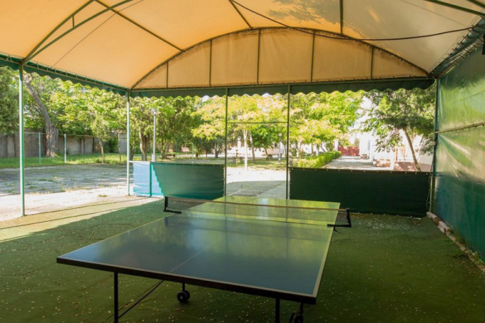 Стол для игры в настольный теннис на территории пансионата Астра-центр