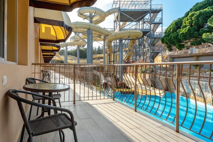 Балкон Стандартного номера с видом на аквапарк в отеле Атлантида