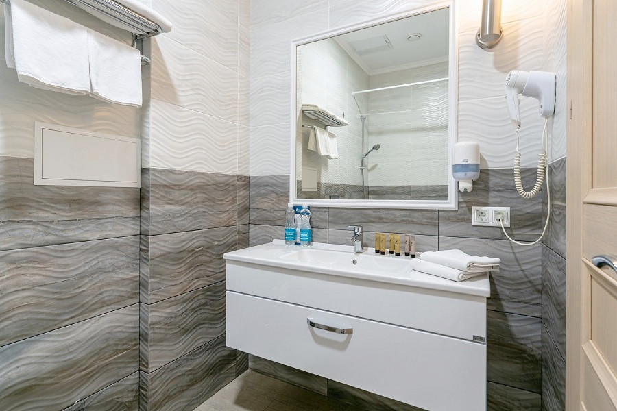 Туалетная комната Стандартного номера в отеле Атлантида
