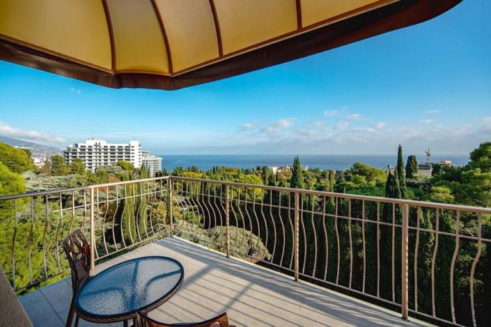 Балкон Стандартного номера с видом на море в отеле Атлантида