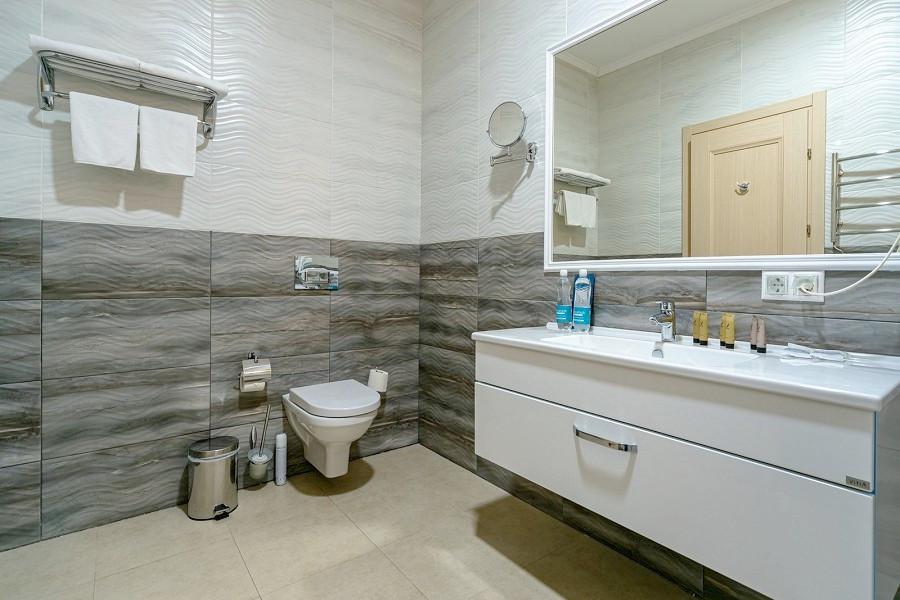 Туалетная комната номера Люкс с видом на аквапарк в отеле Атлантида