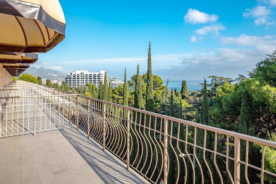 Балкон номера Люкс с видом на аквапарк в море Атлантида