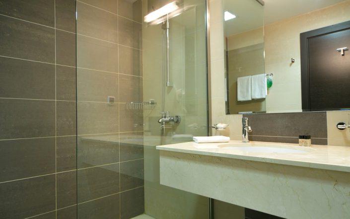 Туалетная комната Стандартного номера Azimut Hotel Freestyle Rosa Khutor