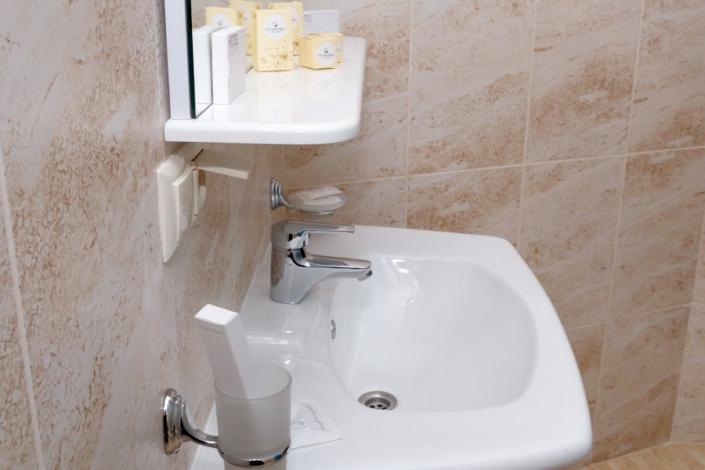 Туалетная комната номера Премиум отеля Азор