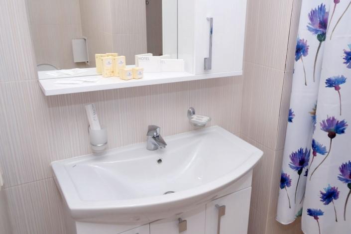 Туалетная комната номера Полулюкс отеля Азор