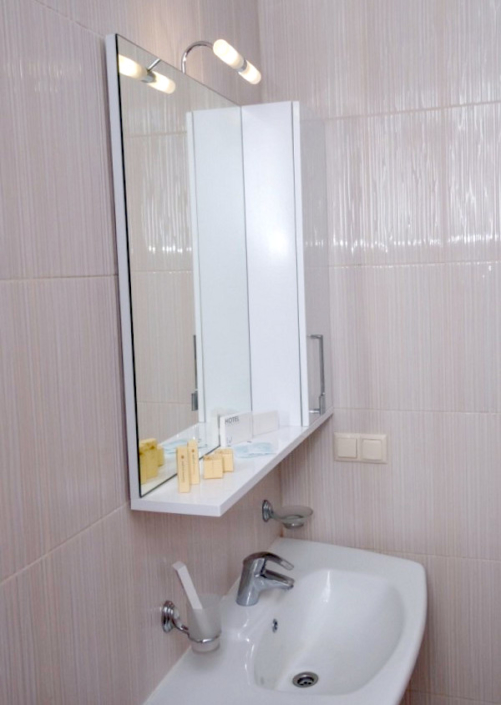 Туалетная комната номера Полулюкс Семейный отеля Азор